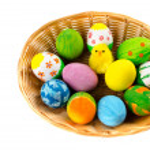 uova colorate di Pasqua in un cestino — Foto Stock