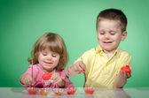 Los niños y la pascua los huevos — Foto de Stock