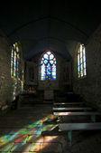 Färg reflektioner i ett litet kapell — Stockfoto