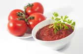 Tomato sauce bowl and plate with red tomatoes, isolated on white background — Stock Photo