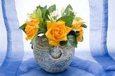 Цветы ваза с розами — Стоковое фото