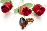 Red rose with wooden cross — Stock Photo
