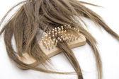 Postiş saç fırçası ile — Stok fotoğraf