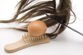 Brosse à cheveux avec postiche — Photo