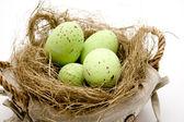 Wielkanocne jaja w gnieździe siana — Zdjęcie stockowe