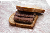 Biraz et rolleri ekmek üzerine kıyılmış — Stok fotoğraf