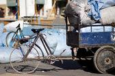 Vecchia bicicletta con carrello — Foto Stock
