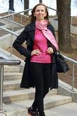 Glada kvinna ner för trapporna — Stockfoto