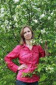 Een vrouw die permanent in de buurt van de appel bloesem — Stockfoto