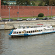 The water bus traveling on the Moscow River by the Kremlin. Mosc — Foto de Stock