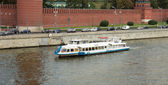 The water bus traveling on the Moscow River by the Kremlin. Mosc — Stock Photo