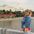 A woman is standing on the background of the Moscow Kremlin — Stock Photo