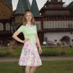 A woman walks near the palace of Tsar Alexei Mikhailovich in Kol — Stock Photo #31294585