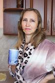 Een vrouw met een kopje theeuna donna con una tazza di tè — Foto Stock