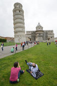 Tourists visit leaning tower in Pisa, Italy — Stock Photo