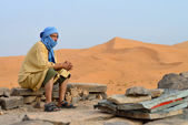 Berber man in the Sahara desert — Stock Photo