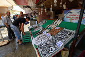 Man trades fish in a market — Stock Photo