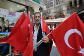 Unknown man sells turkish national flags — Stock Photo