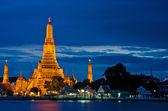 Wat Arun, The Temple of Dawn, at twilight, view across river. Bangkok, Thailand — Stock Photo