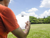 Man sketching in the park — Stock Photo