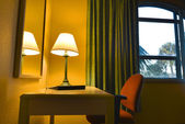 Lamp and desk in a hotel room — Stock fotografie
