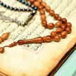 Постер, плакат: Muslim rosary beads on the Holy Quran