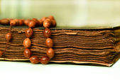 Muslim rosary on the koran — Stock Photo