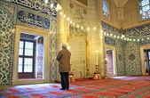 Mensen bidden in de moskee — Stockfoto