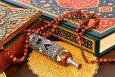 Muslimische rosenkranz auf den koran — Stockfoto