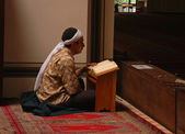 Muslim read the Quran in the mosque alone — Stock Photo