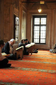 Muslim men reading the Holy Quran — Stock Photo