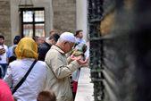 Gente orando delante de la tumba, — Foto de Stock
