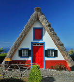 Traditional cottage in Santana (Madeira, Portugal) — 图库照片