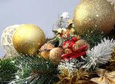 рождественские украшения и медведь — Стоковое фото