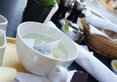 Grönt te i vit cup — Stockfoto