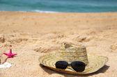 Seacoast and straw hat — Stock Photo