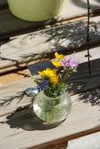 Flores do campo na tabela — Foto Stock