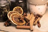 Kanelstänger och torkade apelsiner — Stockfoto