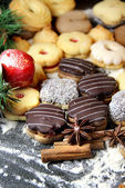 Mix of Christmas cookies with cinnamon on the table — Foto de Stock