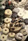 Mix di biscotti di natale con candela e cannella — Foto Stock