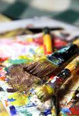 красивые яркие палитры искусства и смесь кисти — Стоковое фото