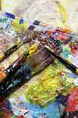 Piękne żywe sztuki palety i mieszanką pędzle — Zdjęcie stockowe