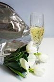 Hermoso ramo de callas blancas y tulipanes — Foto de Stock