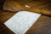 Cartão receita na mesa de madeira e colher — Foto Stock