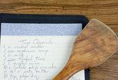 рецепт и деревянной ложкой — Стоковое фото