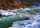 River in winter under snow — Stockfoto