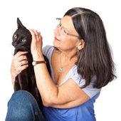 žena mazlení černá kočka — Stock fotografie