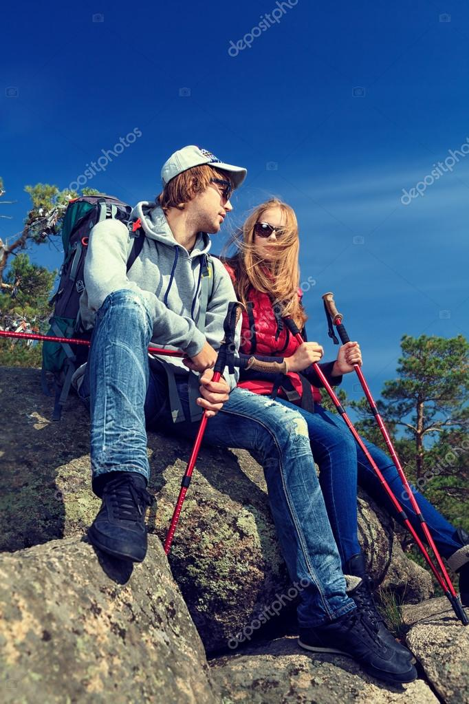 Couple of tourists are standing at the top of a mountain with a feeling of freedom. — Stock Photo #12482471