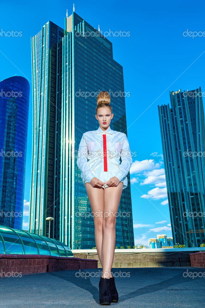 Full length portrait of a fashion model posing over big city background. — Stock Photo #13124798