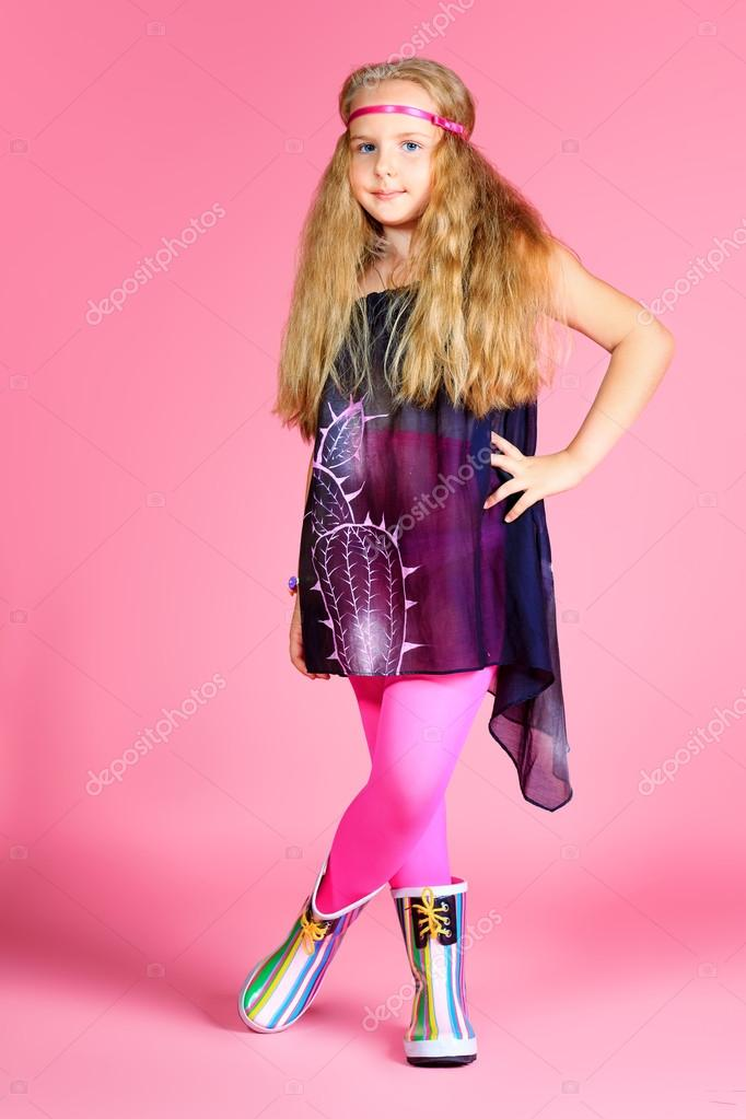 可爱的小女孩穿着鲜艳的时尚衣服的肖像